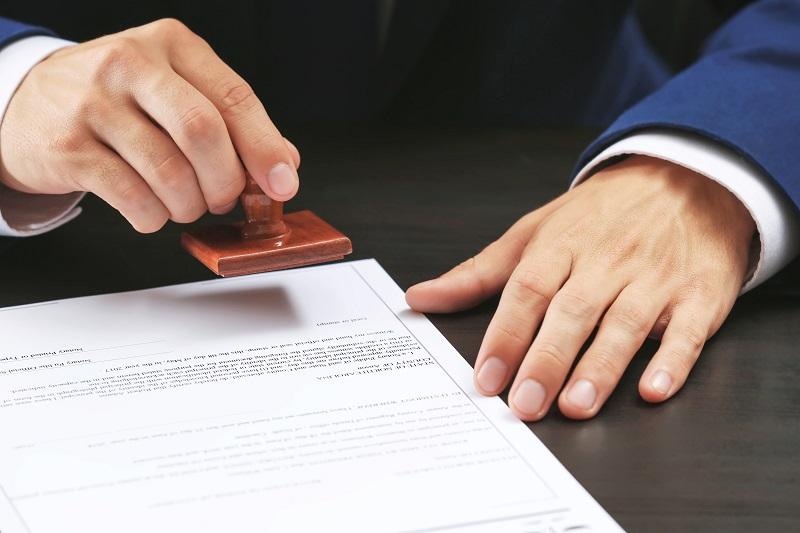 Was macht ein Notar tun?  Erfahren Sie mehr über das Gehalt, Required Skills & More